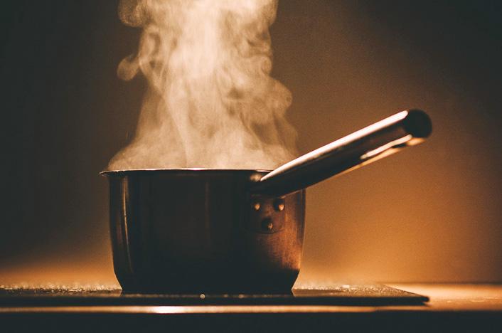 Olla caliente para preparar bioplásticos en casa
