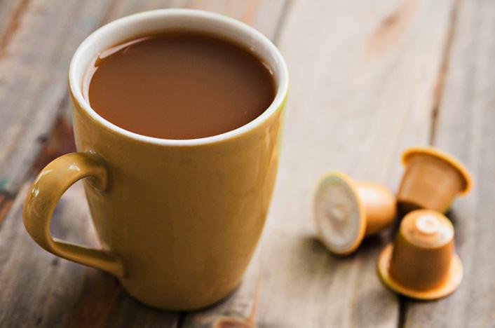 taza de café y cápsulas