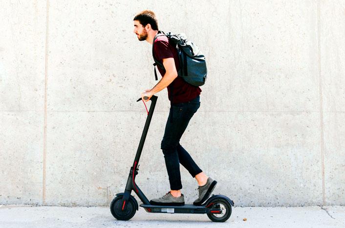 Chico sobre patinete eléctrico