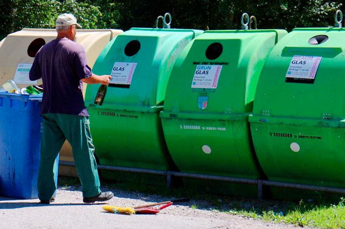 hombre reciclando