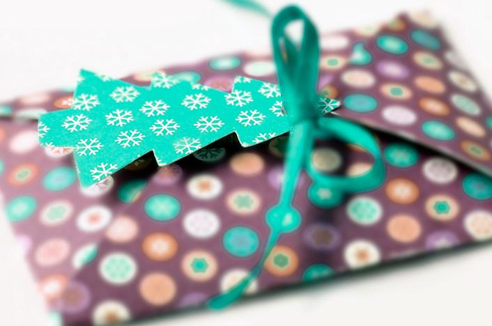 tarjeta de regalo hecha con cartón reciclado