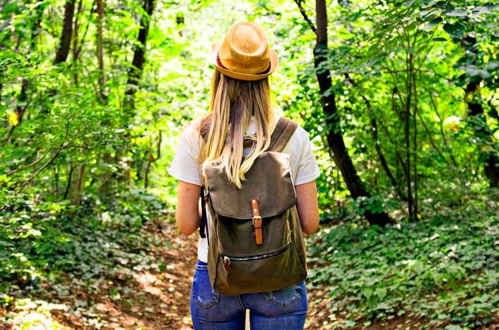 chica en bosque