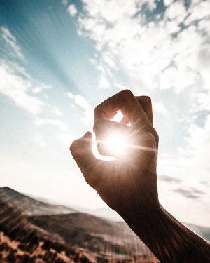 Tipos de Energía Solar - Mano tapando el sol