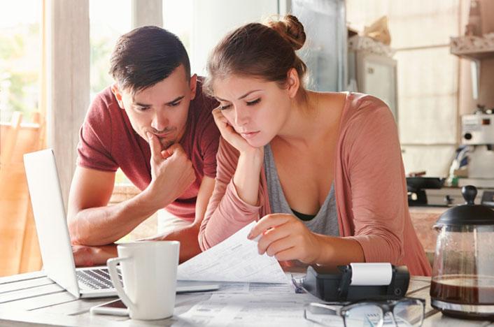 pareja revisando facturas