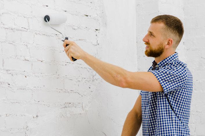 chico pintando pared