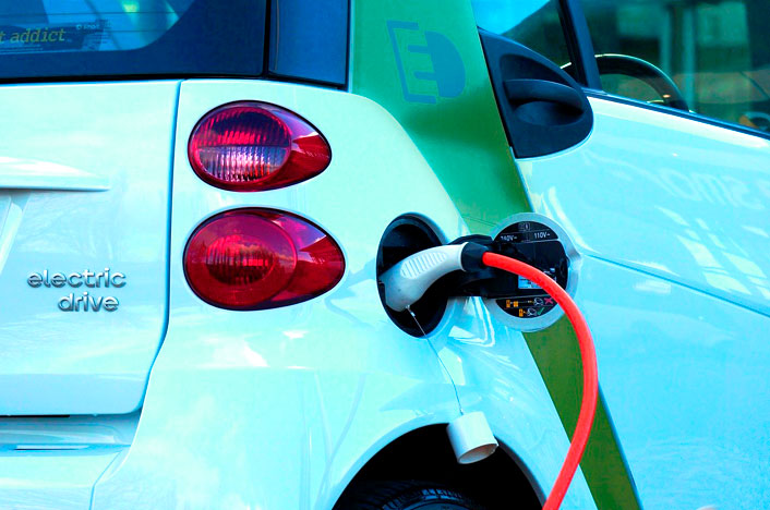 coche eléctrico cargando batería
