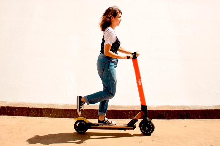 chica en patinete eléctrico