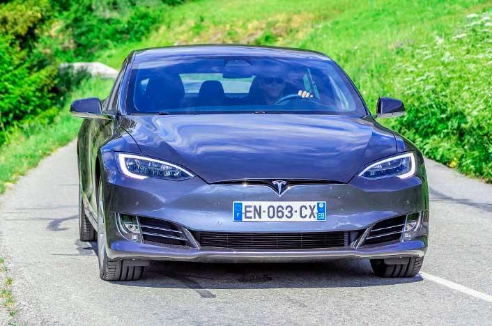 coche eléctrico en carretera