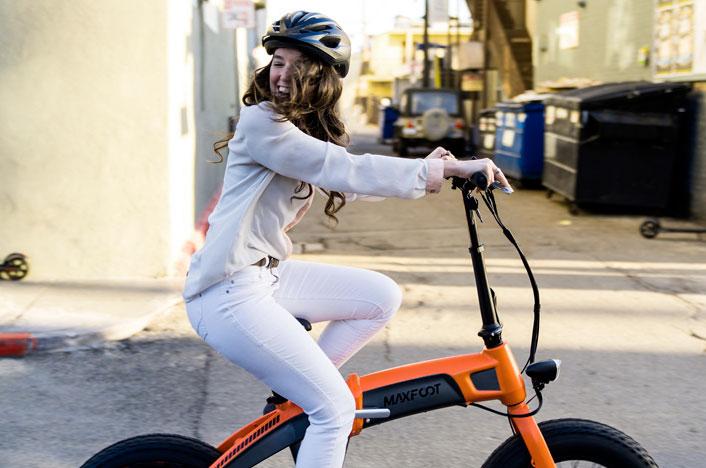 chica en bicicleta eléctrica plegable