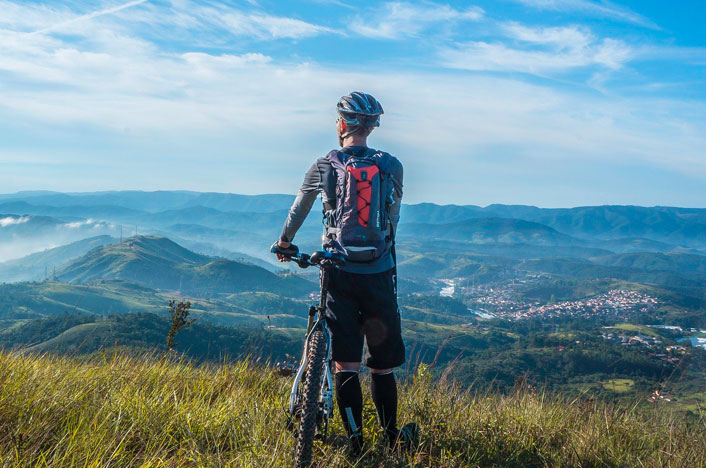 chico con bicicleta en montaña