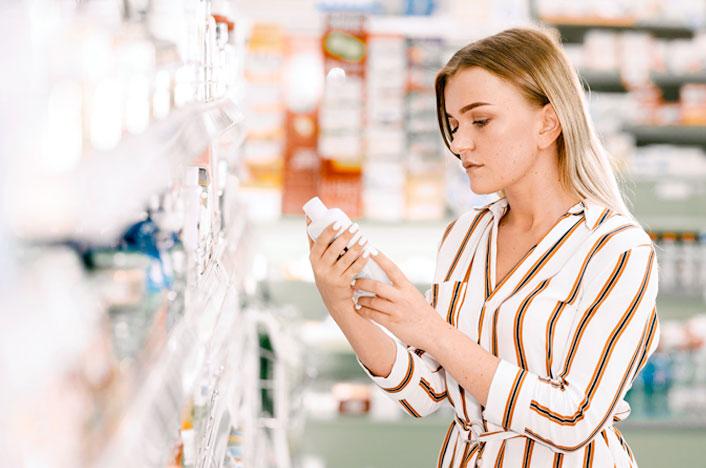 mujer revisando producto en tienda