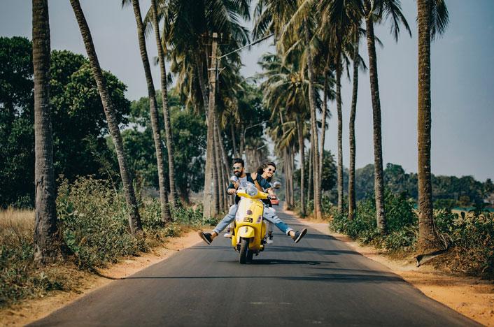 pareja en moto eléctrica