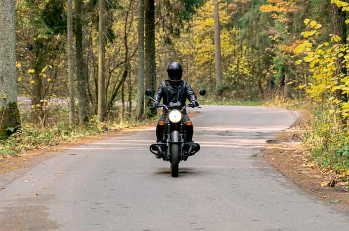 persona en moto eléctrica