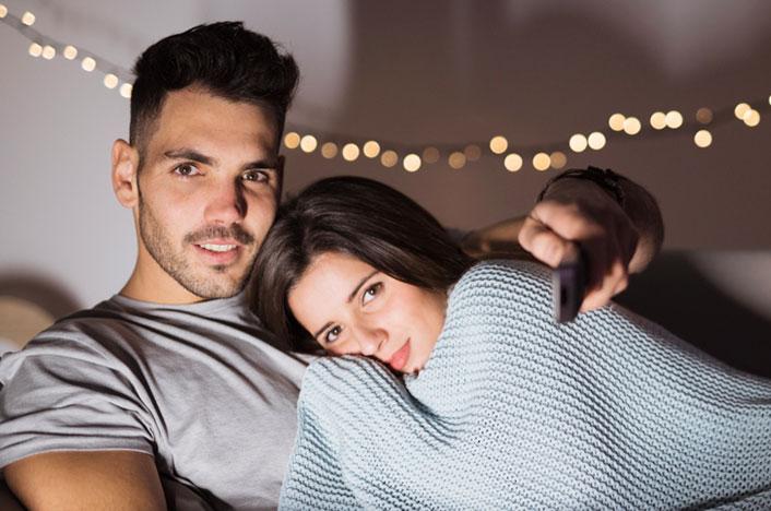 pareja frente a TV