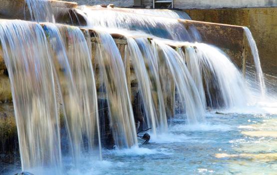 agua en central hidroeléctrica