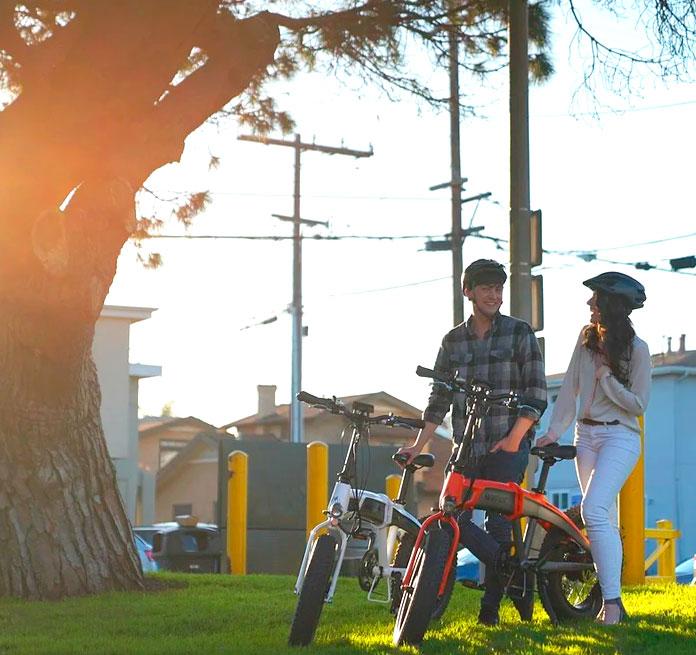amigos con bicicletas eléctricas