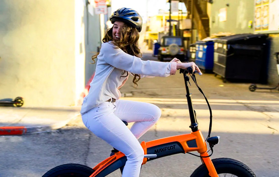 chica usando bicicleta eléctrica