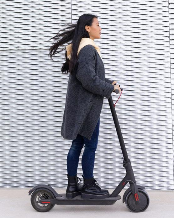 chica sobre patinete eléctrico o scooter