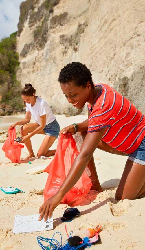 chicas haciendo turismo sostenible