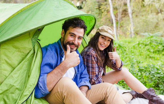 chicos acampando