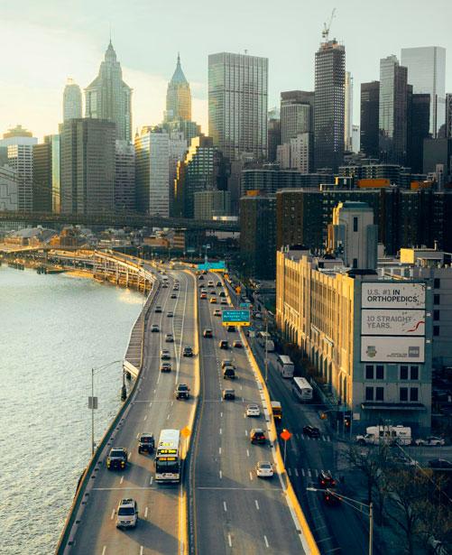 edificios y coches en ciudad
