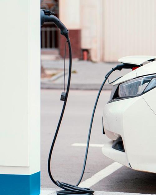 coche eléctrico cargándose