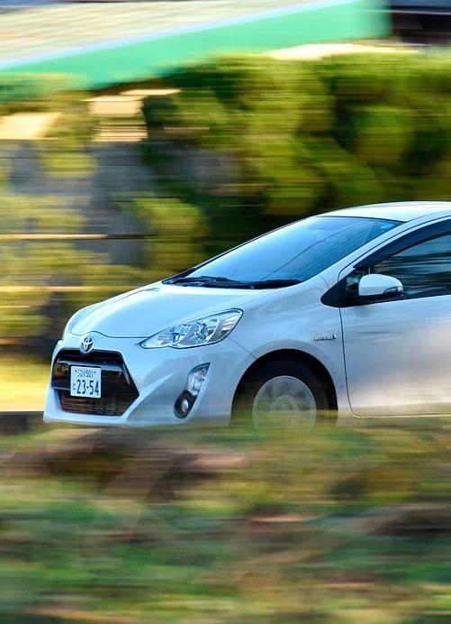 coche híbrido en movimiento