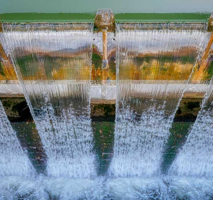 corriente de agua en centra hidráulica