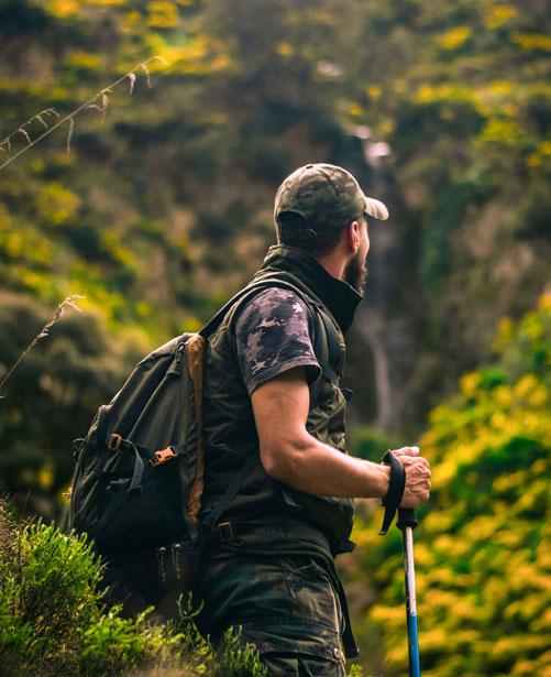 hombre haciendo turismo sostenible