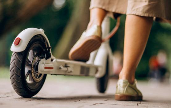 mujer usando patinete eléctrico