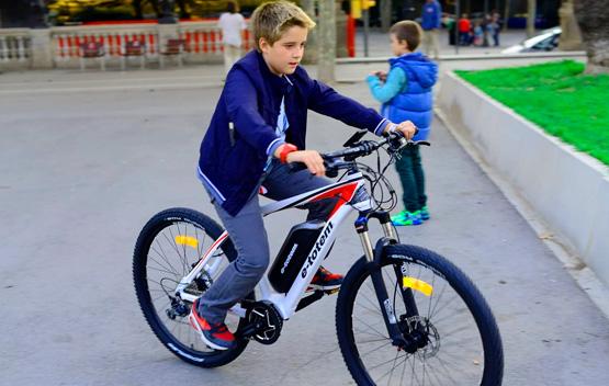 niño sobre bicicleta eléctrica