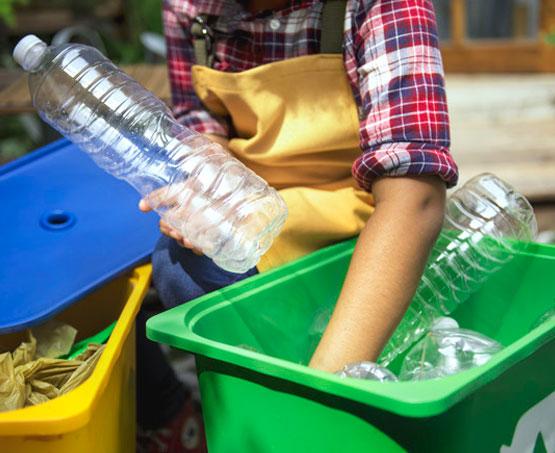 persona reciclando en contenedores