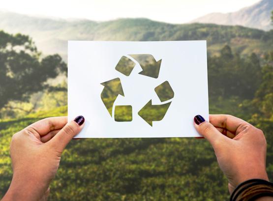 símbolo del reciclaje en manos