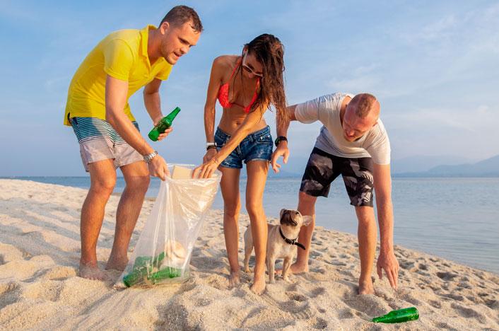 amigos recogiendo basura en la playa