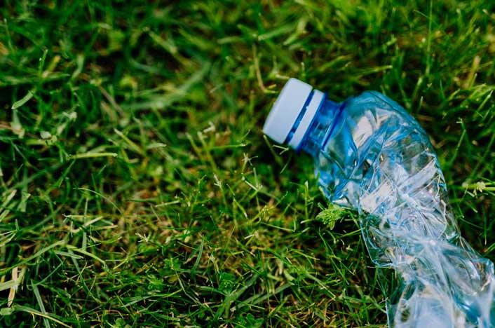 botella plástica en el pasto