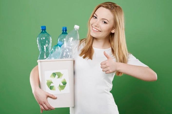 mujer reciclando plásticos