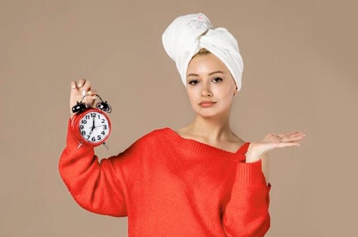 mujer con reloj en mano